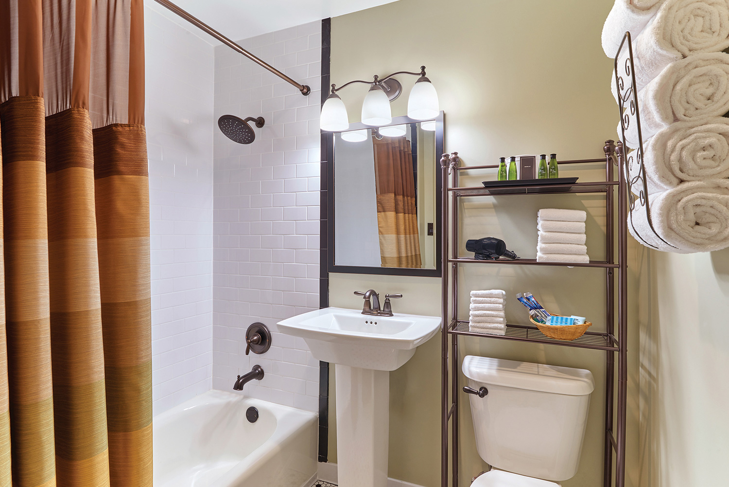 Double/Double Room Bathroom in Hotel Apache